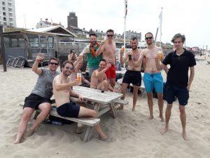 Met een groep op het strand genieten van een borrel